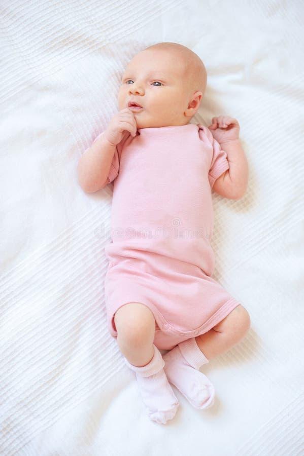 Peinzende pasgeboren baby royalty-vrije stock foto