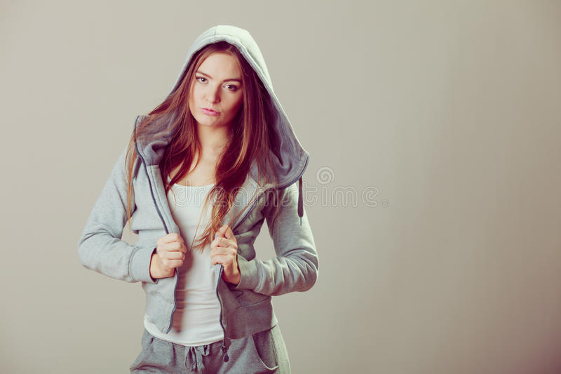 Peinzende tiener in sweatshirt met een kap Manier royalty-vrije stock foto's