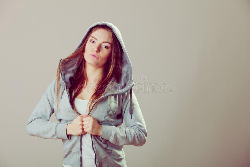 Peinzende tiener in sweatshirt met een kap Manier royalty-vrije stock foto