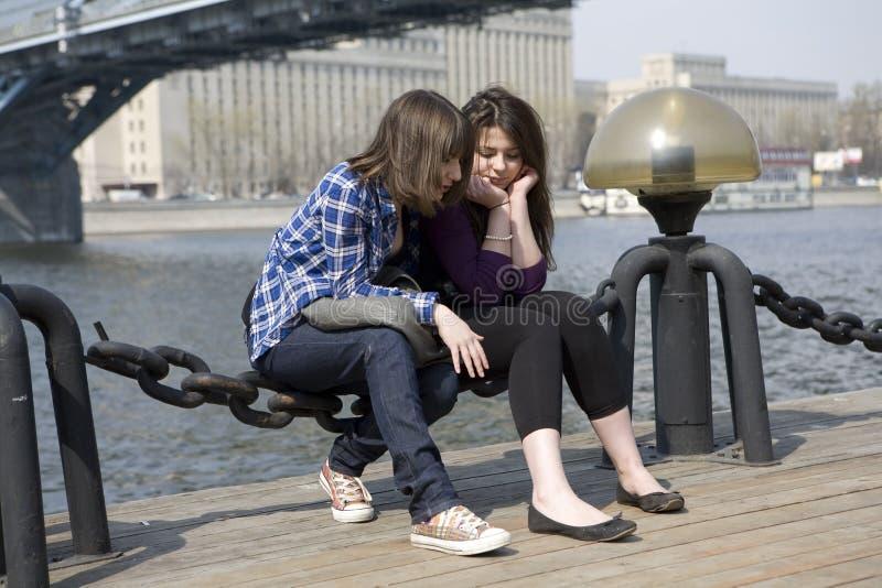 Peinzende tiener twee stock fotografie