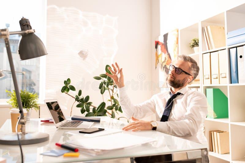 Peinzende verstoorde zakenman zonder creatieve ideeën stock afbeelding