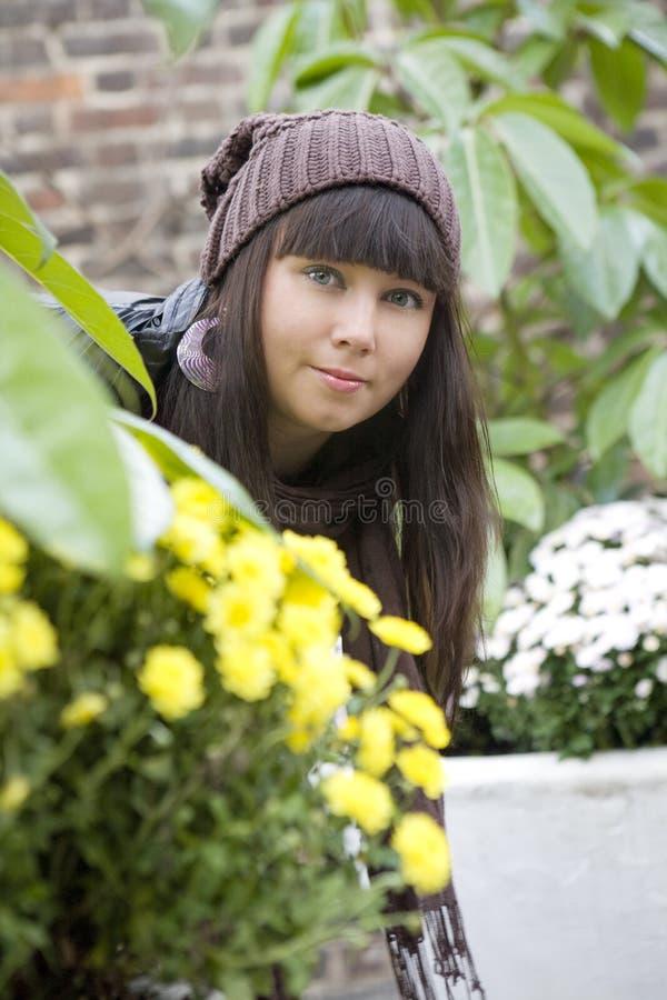 Peinzende vrouw die GLB statusnea draagt stock fotografie