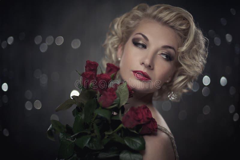 Peinzende vrouw met bloemen royalty-vrije stock fotografie