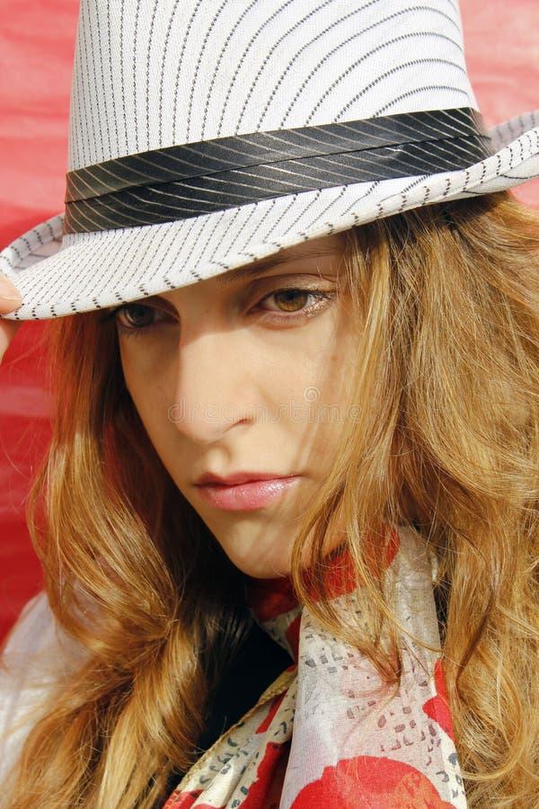 Peinzende vrouw met hoed stock afbeeldingen
