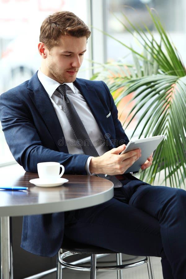 Peinzende zakenman in een koffie stock afbeeldingen