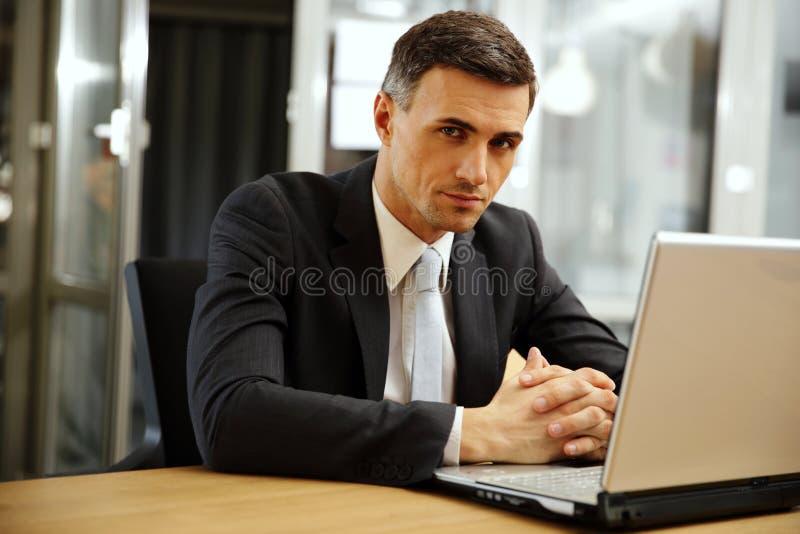 Download Peinzende Zakenmanzitting Met Laptop Stock Foto - Afbeelding bestaande uit mensen, advocaat: 39100220