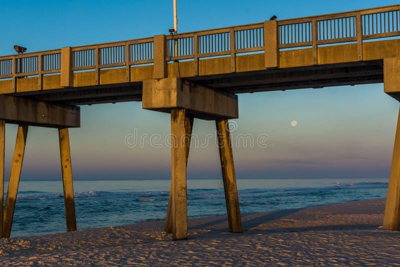 Peir à la plage de Panamá City, la Floride au lever de soleil images stock
