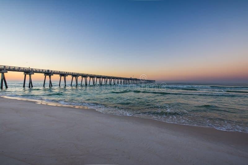 Peir na praia da Cidade do Panamá, Florida no nascer do sol imagens de stock