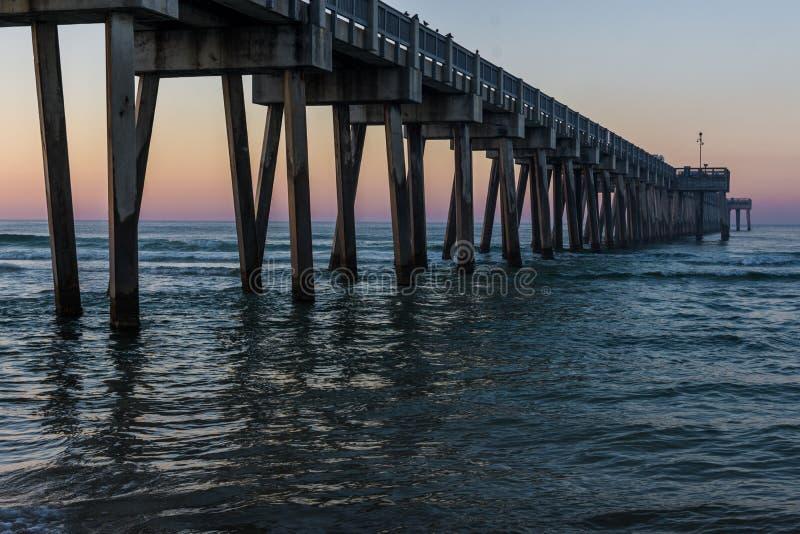 Peir na praia da Cidade do Panamá, Florida no nascer do sol fotos de stock royalty free