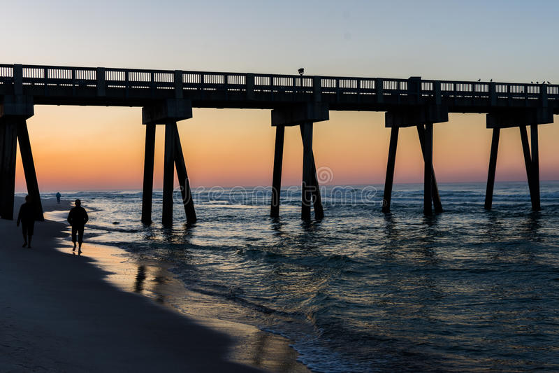 Peir na praia da Cidade do Panamá, Florida no nascer do sol imagem de stock