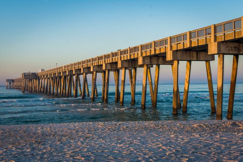 Peir på den Panama City stranden, Florida på soluppgång royaltyfri fotografi
