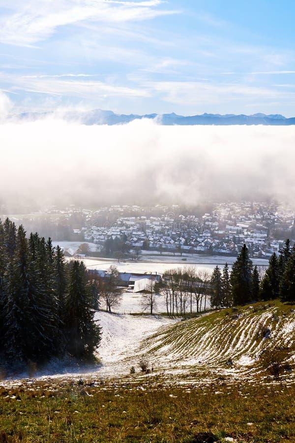 Peissenberg, Alemanha, sob uma camada grossa de névoa foto de stock