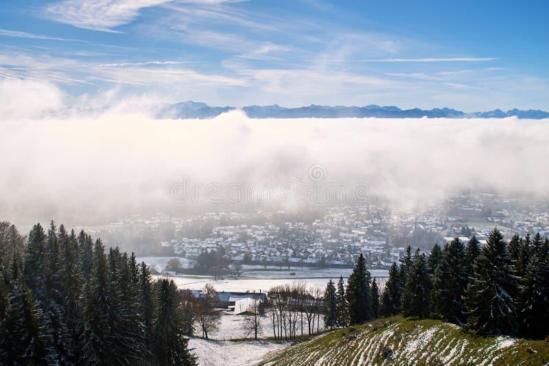 Peissenberg, Alemanha, sob uma camada grossa de névoa fotos de stock royalty free