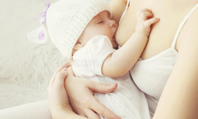 Peito de alimentação da mãe macia da foto seu bebê fotos de stock royalty free