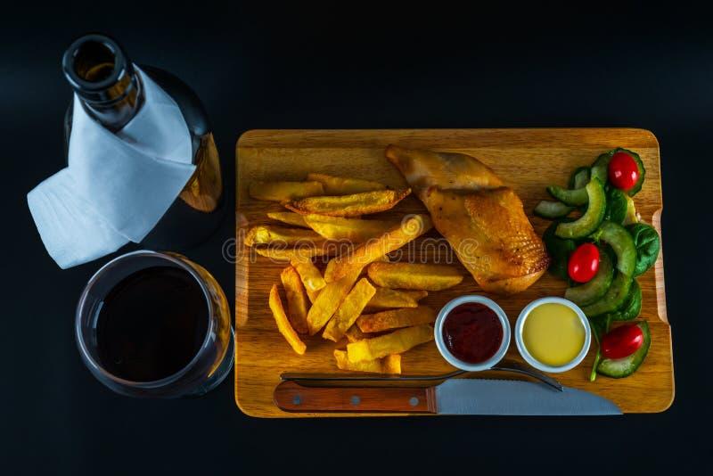 Peito de frango assado com microplaquetas, salada com tomates e cucumbe foto de stock