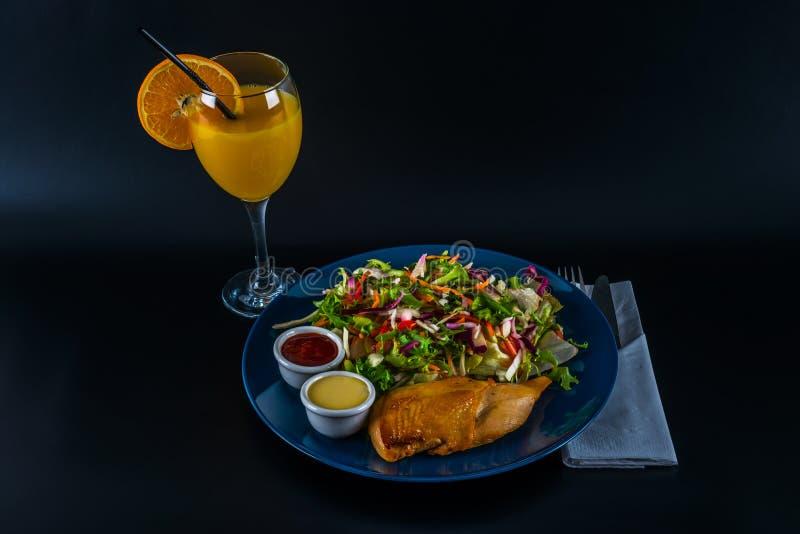 Peito de frango assado com mistura da alface e dois molhos, placa azul fotos de stock royalty free
