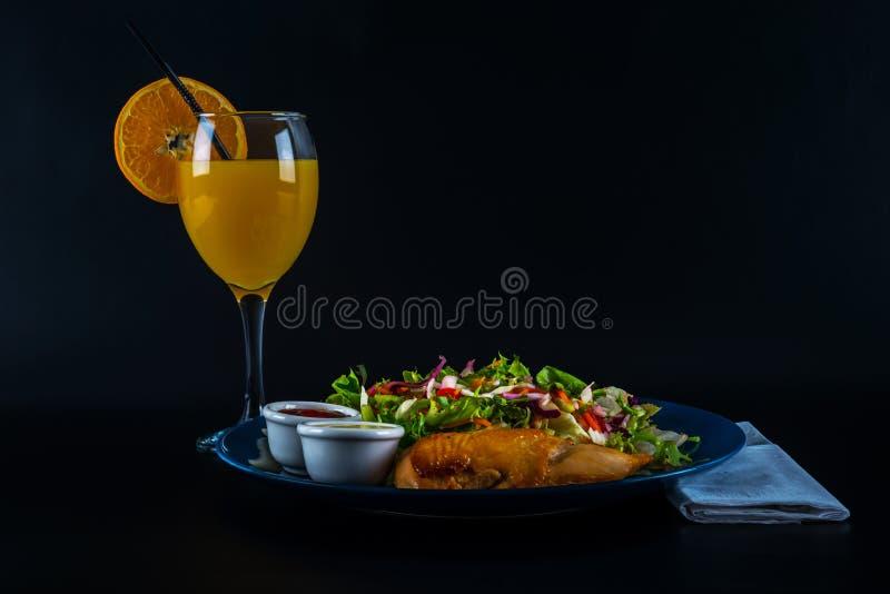 Peito de frango assado com mistura da alface e dois molhos, placa azul fotos de stock