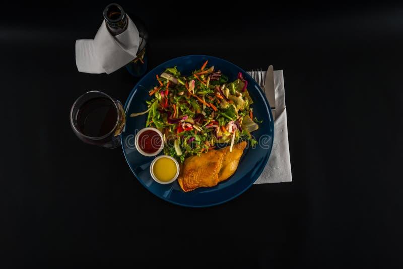Peito de frango assado com mistura da alface e dois molhos, placa azul foto de stock royalty free