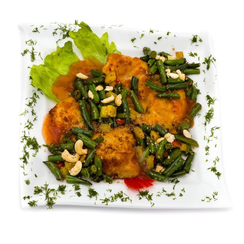 Peito de frango com os vegetais e o molho, isolados no branco fotos de stock royalty free