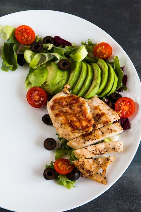Peito de frango com salada e abacate fotografia de stock royalty free