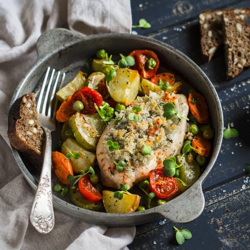 Peito de frango cozido com vegetais em uma bandeja do vintage em uma superfície escura da madeira fotos de stock royalty free