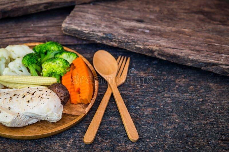 Peito de frango e vegetais fritados, pasta da pimenta preta imagem de stock