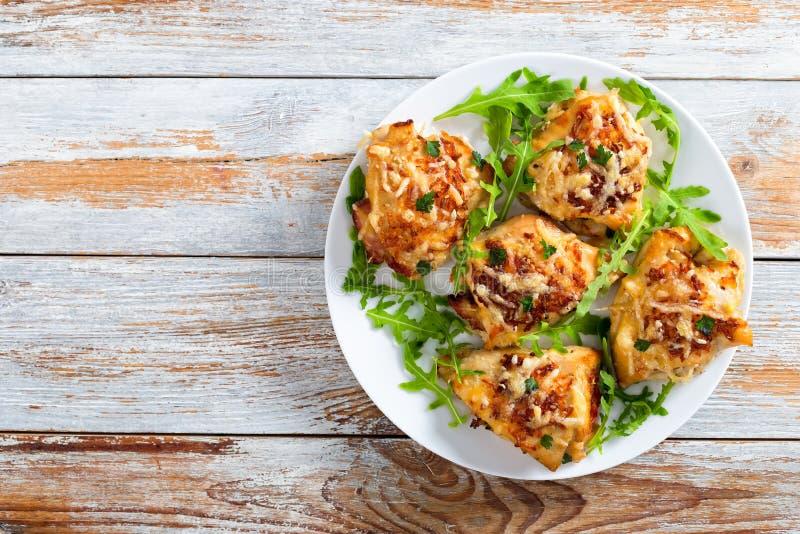 Peito de frango enchido no prato branco com rúcula fresca fotografia de stock royalty free