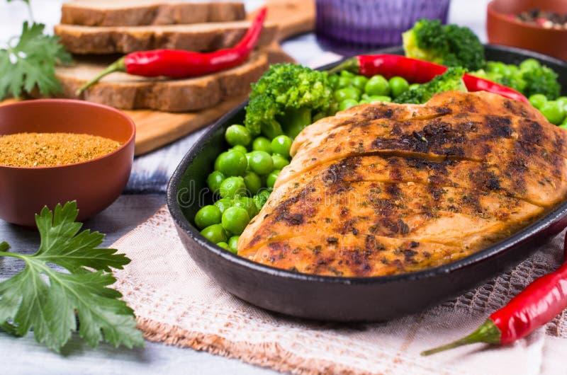 Peito de frango frito com vegetais verdes foto de stock royalty free
