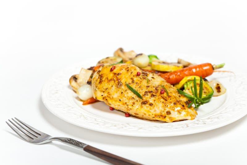 Peito de frango grelhado com vegetais fotografia de stock royalty free