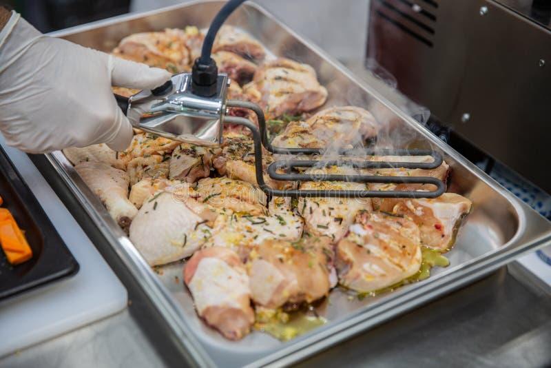 Peito de frango grelhado em variações diferentes sob a grade superior Partido do conceito da grelha do assado em casa Uma mão do  imagem de stock royalty free