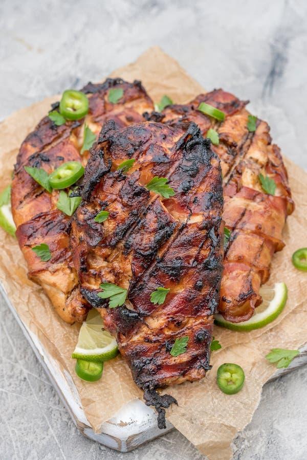 Peito de frango grelhado envolvido bacon fotografia de stock royalty free