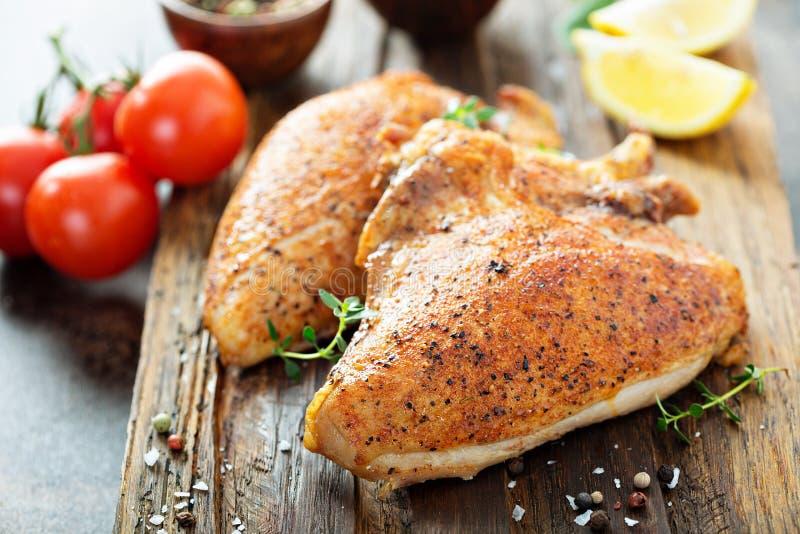 Peito de frango grelhado ou fumado com osso e pele imagem de stock