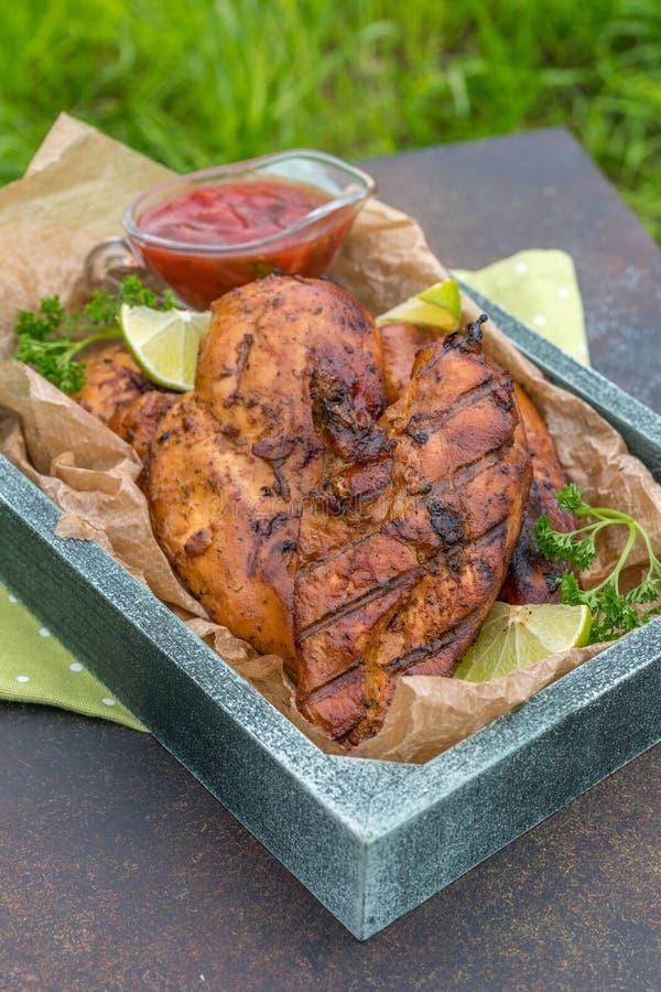 Peito de frango grelhado servido com ervas e cal foto de stock royalty free