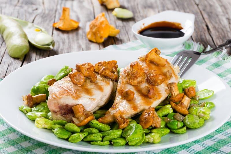 Peito de frango grelhado servido com feijões-de-lima imagens de stock royalty free