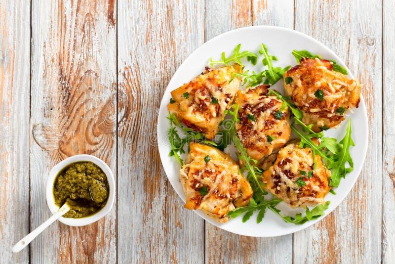 Peito de frango no prato branco com rúcula fresca fotografia de stock