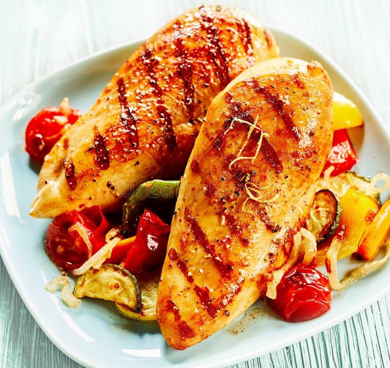 Peito de frango servido com vegetais fotografia de stock