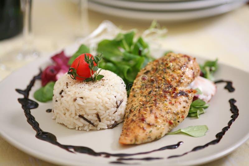 Peito de galinha grelhado com arroz selvagem fotografia de stock royalty free