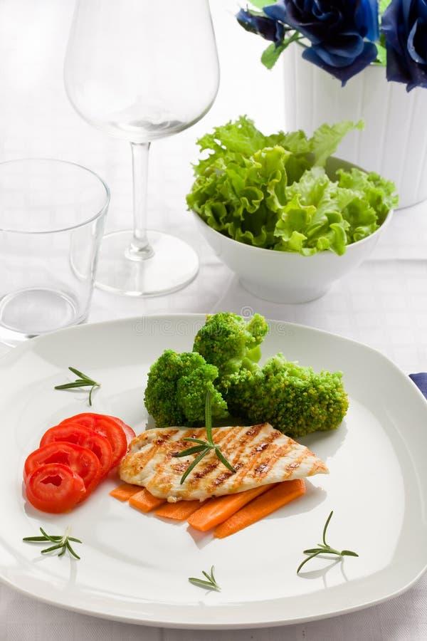 Peito de galinha grelhado com vegetais fotografia de stock royalty free