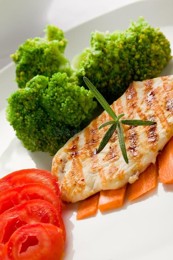 Peito de galinha grelhado com vegetais imagens de stock royalty free