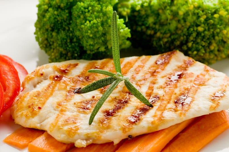 Peito de galinha grelhado com vegetais foto de stock