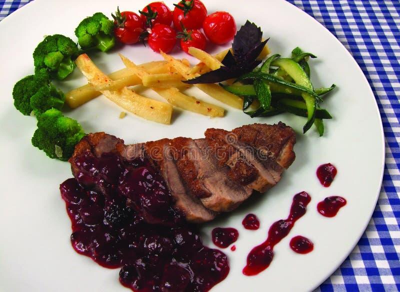 Peito de pato Roasted com vegetais fotografia de stock royalty free