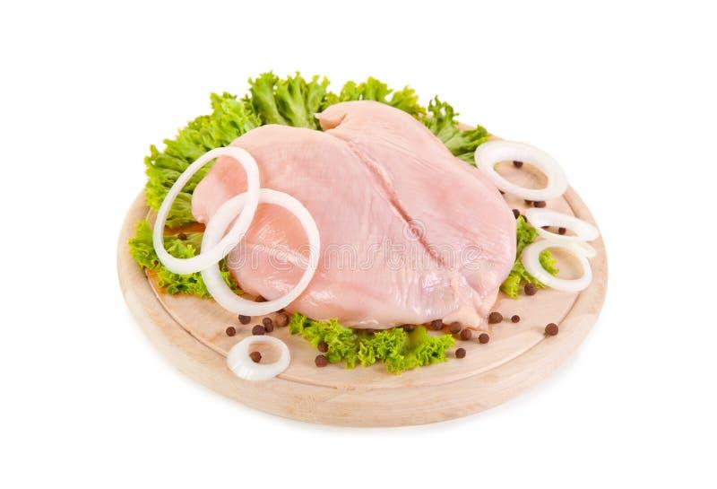 Peitos de galinha crus frescos na placa de desbastamento foto de stock royalty free
