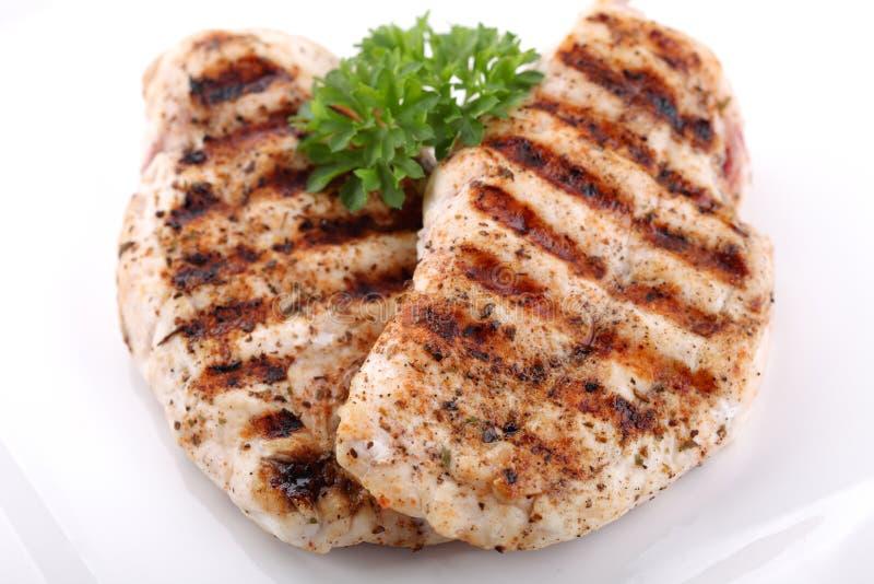 Peitos de galinha grelhados com legumes frescos imagens de stock royalty free