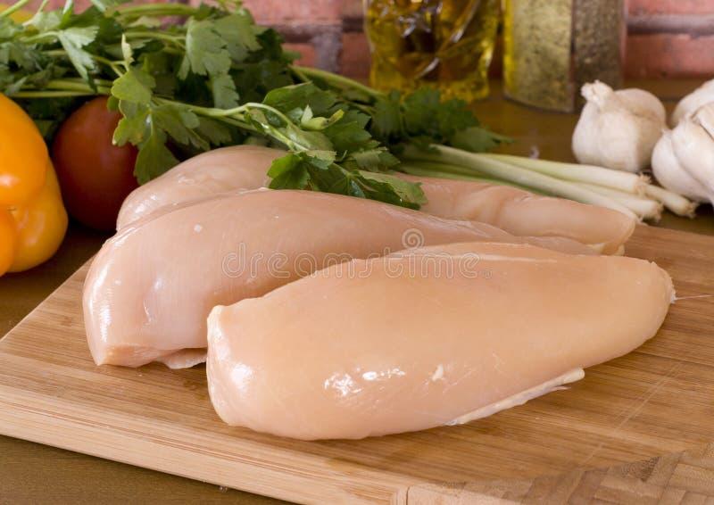Peitos e vegetais crus frescos de galinha foto de stock royalty free