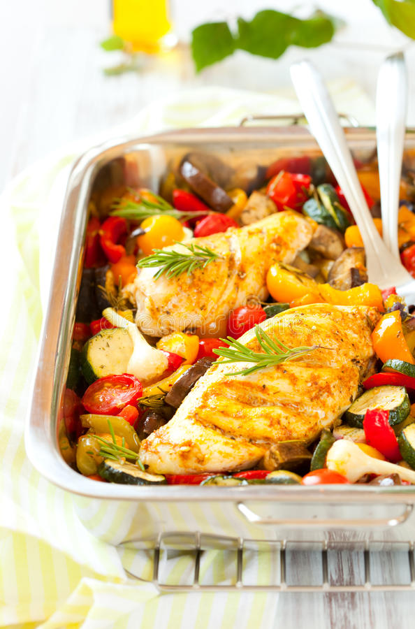 Peitos e vegetais de galinha imagem de stock