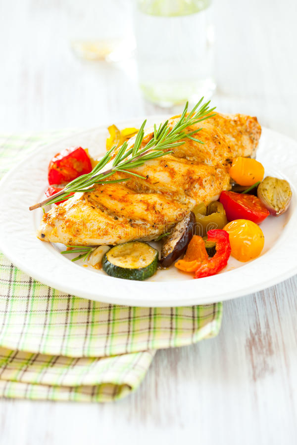 Peitos e vegetais de galinha imagens de stock royalty free