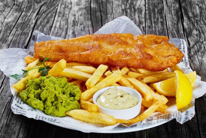 Peixe com batatas fritas friável delicioso, close-up fotos de stock royalty free