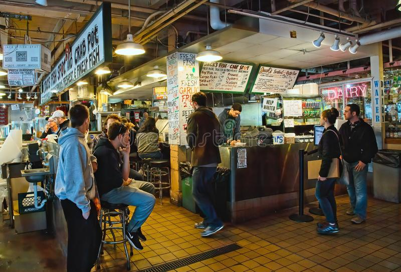 Peixe com batatas fritas no mercado fotografia de stock royalty free