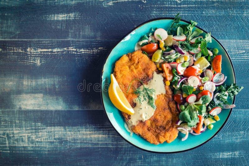 Peixe-gato e salada fritados imagens de stock