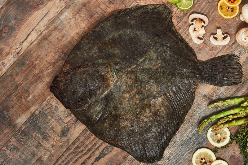 Peixe heterossomo cru cru na tabela de madeira fotos de stock